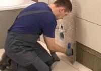 Ako na lepenie na škárovanie obkladov z dlažby v kúpeľni