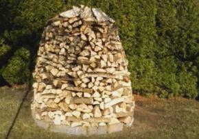 Ako sušiť palivové drevo a ozdobiť záhradu zároveň?